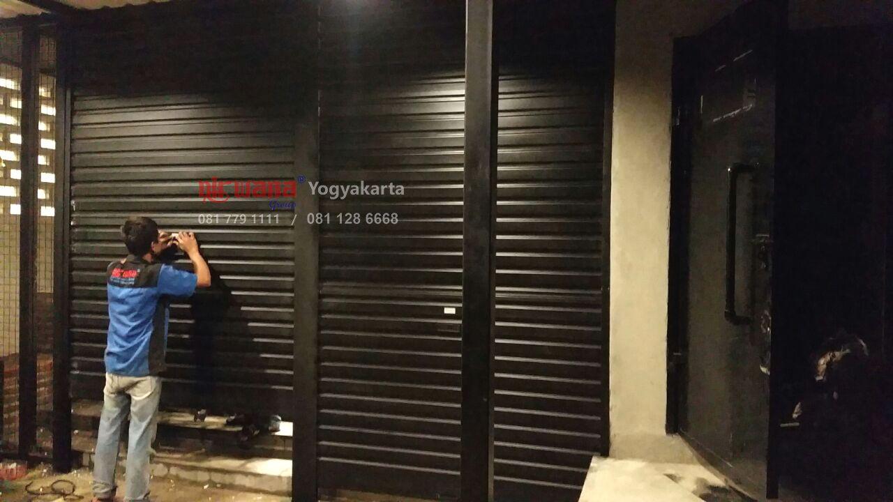 Pemasangan Pintu Rolling Door Onesheet Di Warunk Upnormal