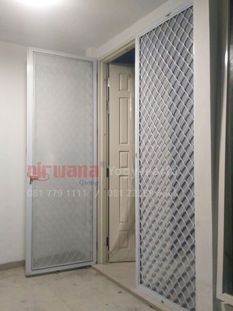 Pemasangan Pintu Exona Atau Pintu Expanda Di Villa Gading Candi