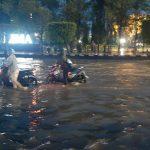 2 Jam Diguyur Hujan, Simpang Lima Semarang dan Kantor Gubernur Jateng Terendam Banjir.