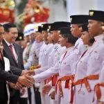 Istana Negara Beri Koin Emas ke 68 Anggota Paskibraka 2021